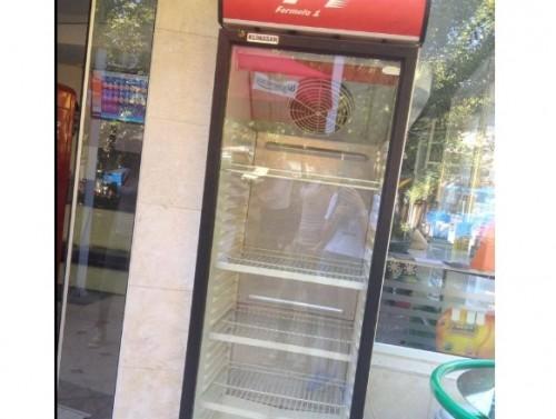 Празни улични хладилници събират храна за бедни