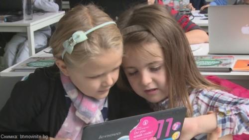 Доброволци учат безплатно деца да програмират