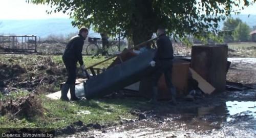 Доброволци чистят домовете на хората след потопа в Бургаско