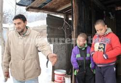 Самотен баща гледа двете си деца във фургон