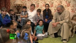 Свещеникът, който е приемен родител на 70 деца