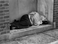 Мобилни екипи помагат на бездомниците в София