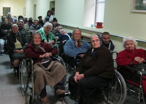 """Децата от """"Чисти сърца"""" посетиха Дома за стари хора в с. Фатово"""