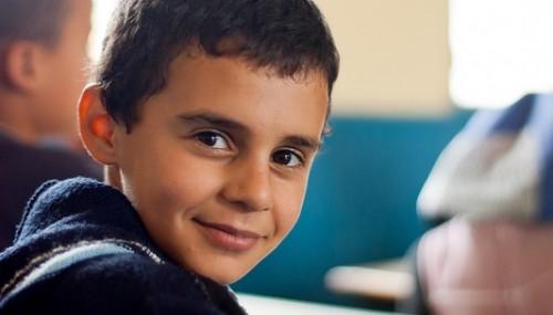 Помогни на деца бежанци да учат уроците си