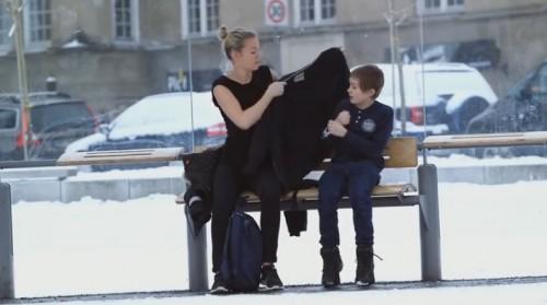 Какво правят норвежците, когато видят зъзнещо момче на спирката