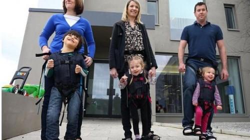 Майки създават трогателно изобретение, което позволява на деца инвалиди да ходят изправени