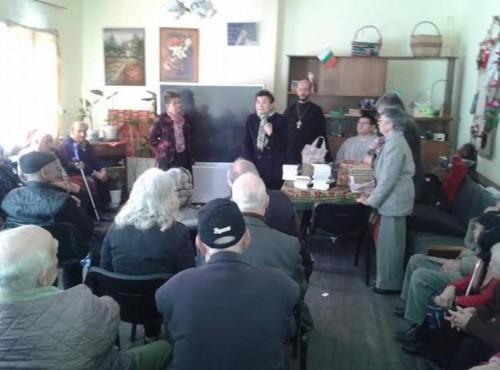 Свещеник и християни зарадваха възрастните хора от дома в Шумен