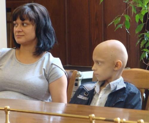 Детенце с тумор на мозъка дари пари от касичката си за друго дете