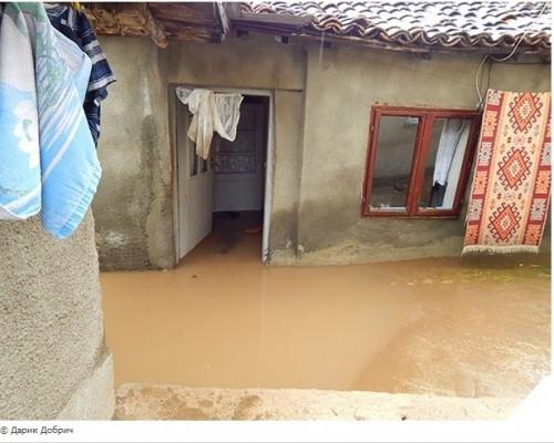 """Фондация """"Помощ за благотворителността в България"""" дарява средства за пострадали от наводнението добричлии"""