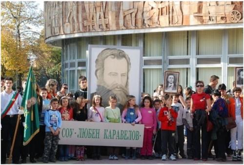 """Учителите от СОУ """"Любен Каравелов"""" не искат букети, а помощ за пострадалите от наводненията"""