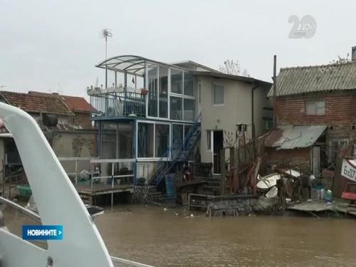 Доброволци помагат на засегнатите от наводненията в Бургаско
