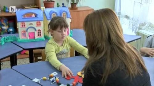 """Дете с аутизъм се учи да общува благодарение на """"Българската коледа"""""""