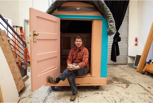 Човекът, който създава къщички за бездомните