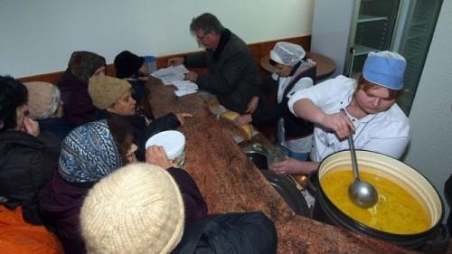 Държавата, Църквата и дарители спасяват бедни от глад