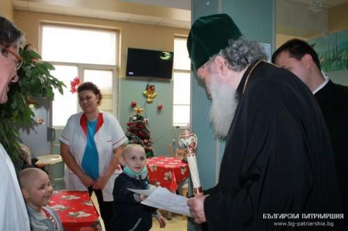 Българският патриарх Неофит посети онкологично болни деца в София