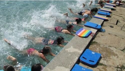 Ученици и учители ще плуват за 2-3 лева през ваканцията