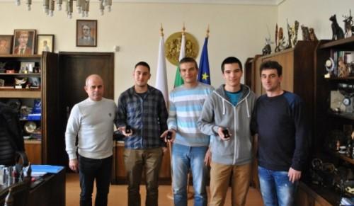 Кметът на Русе награди трима младежи за геройска постъпка