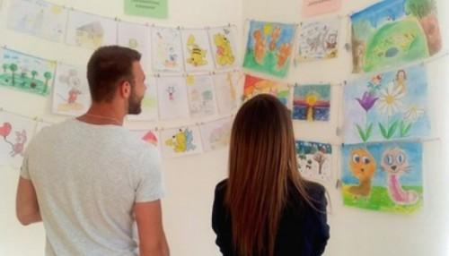 От едно домашно до благотворителната изложба на две ученички