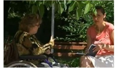 Дама в инвалидна количка помага с благотворителна изложба на онкоболна млада жена