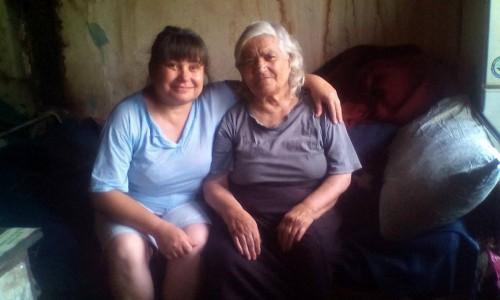 Възрастна жена и дъщеря й живеят в рушаща се къща