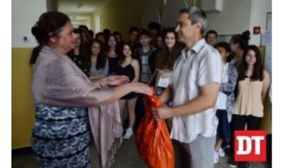 Ученици дариха храни и дрехи на Център за временно настаняване