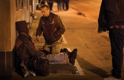 Доктор се преоблича като бездомник за да лекува хората на улицата