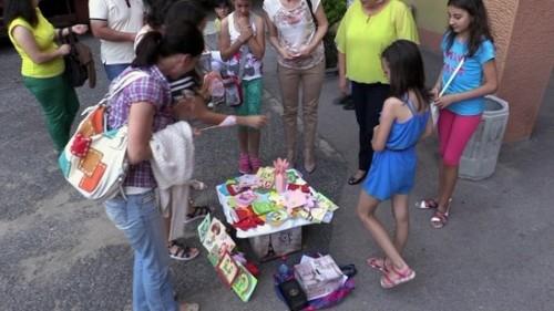 10-годишното момиче продава ръчно правени картички и първата си книга за благотворителност