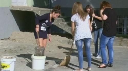 Деца сами си ремонтират училището