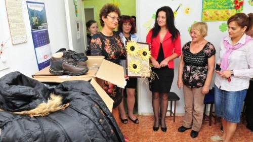 Дариха дрехи и обувки на болни хора от Враца
