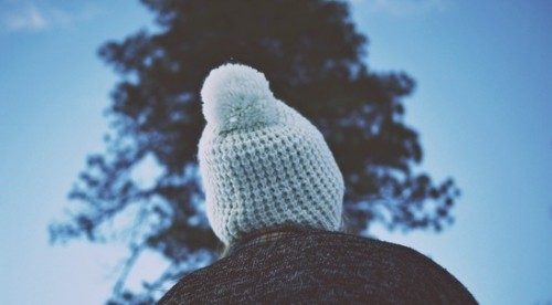 Изплети шапка, шал или чорапи за човек без дом. Подари му топлина.
