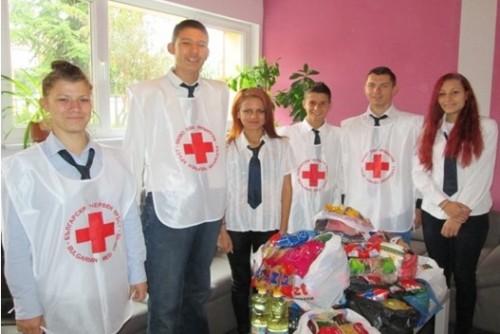 Ученици и червенокръстци дариха хранителни продукти на възрастни хора в Добрич