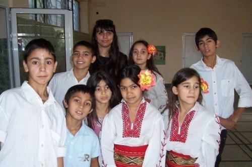 Млада учителка отглежда и възпитава свои бивши възпитаници