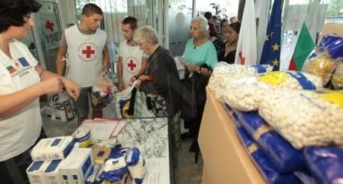 Набират хранителни продукти в помощ на възрастни хора