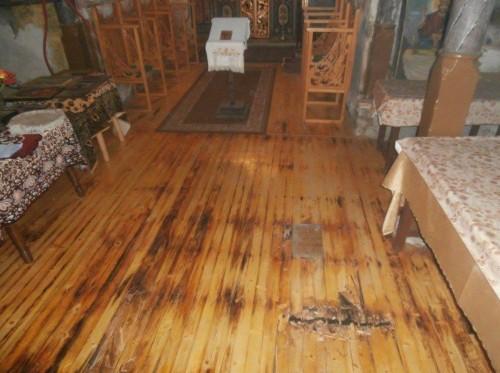 Необходими са средства за подмяна на подовата настилка в храм