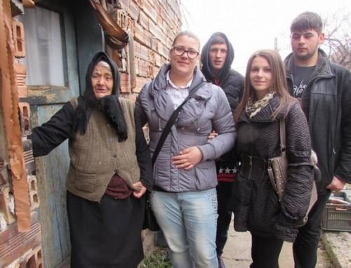 Младежи дариха добро на възрастни в нужда в Симитли