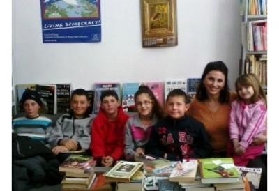 Сватбените подаръци на младо семейство бяха дарени на библиотеката в Куртово