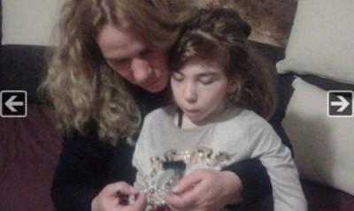 Майката на болно момиченце изработва мартеници, за да помогне на семейството си