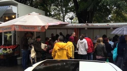 Варненци си разменят храна, стоки и услуги на пазара в Чайка