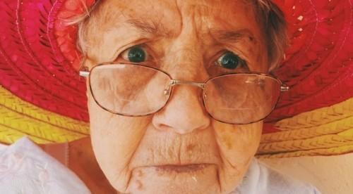Научи възрастни хора да се справят с нови технологии