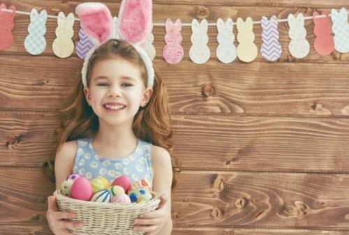 Деца боядисват великденски яйца благотворително на 30 април