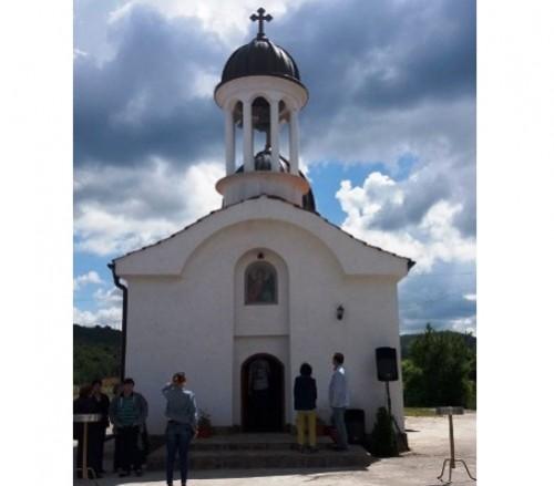 След 15-годишен доброволен труд и дарения осветиха нов храм в с.Люлин