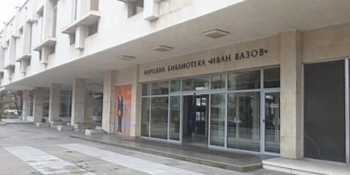Начален учител и психолог помагат на децата да избират книги в Пловдив