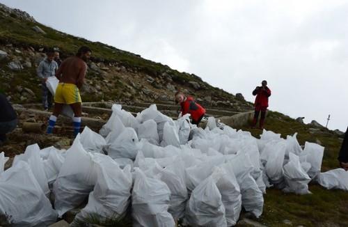 Доброволци изринаха 13 тона боклук от Мусала