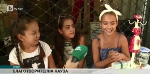 Три момичета продават гривни и даряват пари за онкоболни