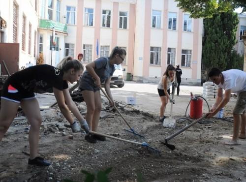 Доброволци от Търговската гимназия във Варна строят парк в двора на училището си