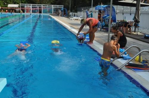 30 деца в Бургас станаха плувци чрез безплатен курс по плуване