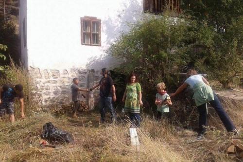 Доброволци почистваха Кладнишкия манастир