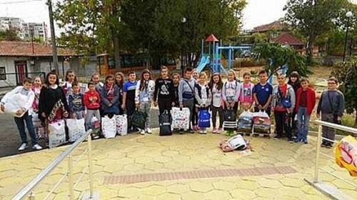 Ученици дариха зимни дрехи, обувки и играчки на деца с увреждания