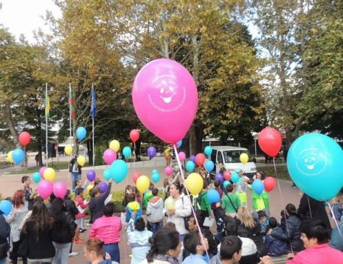 Деца от Добрич дариха с усмивки своите приятели от центровете за настаняване на деца и младежи с увреждания