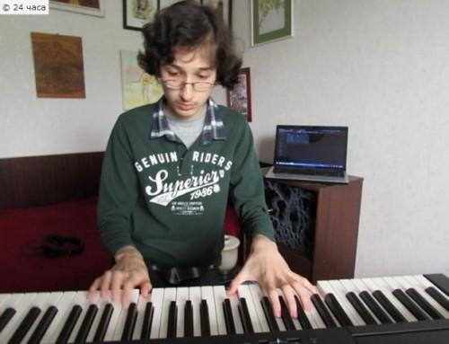 Ученик дари стипендията си за нов роял